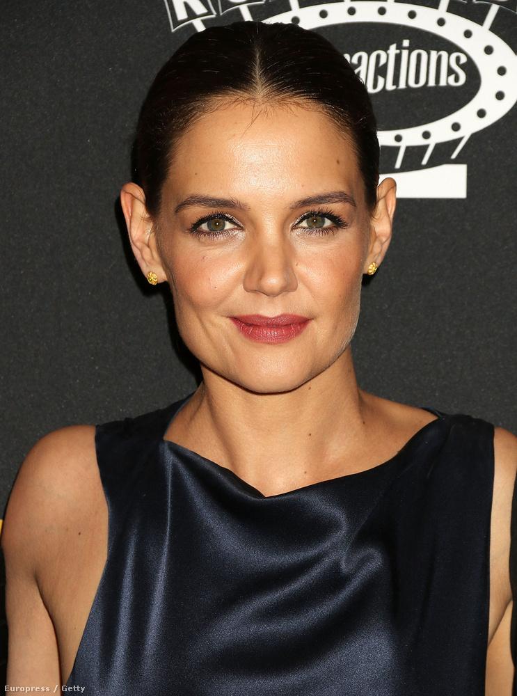 A színésznő egészen visszafogott sminkkel jelent meg, ami jó döntés