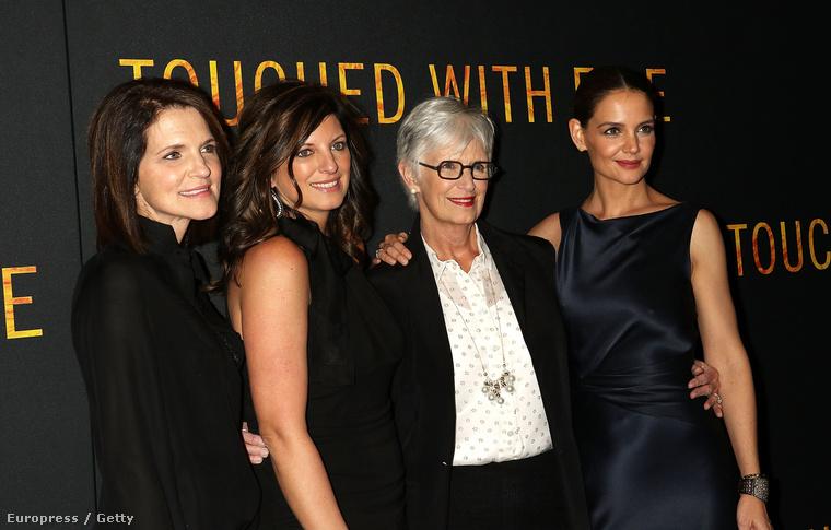 Végre bemutatták Katie Holmes új filmjét (New Yorkban, január 10-én) - amelyben, a feltételezések ellenére, nem kamaszlányt alakít