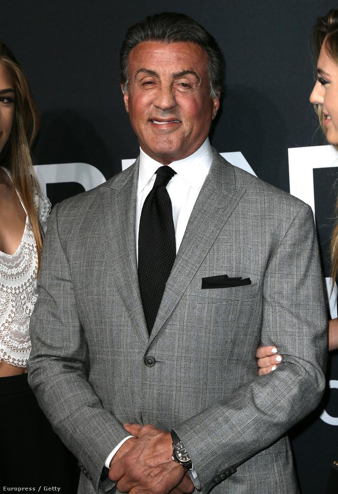 Na de ami mindennél fontosabb, az az, hogy Sylvester Stallone a lányaival együtt gálázott