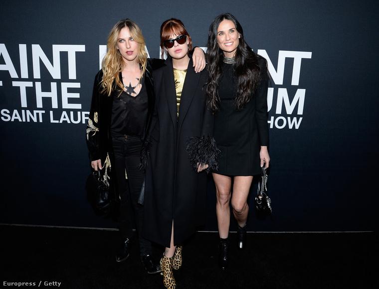 Demi Moore két lányával, Tallulah és Scout Willisszel együtt érkezett a Saint Laurent divatbemutatójára