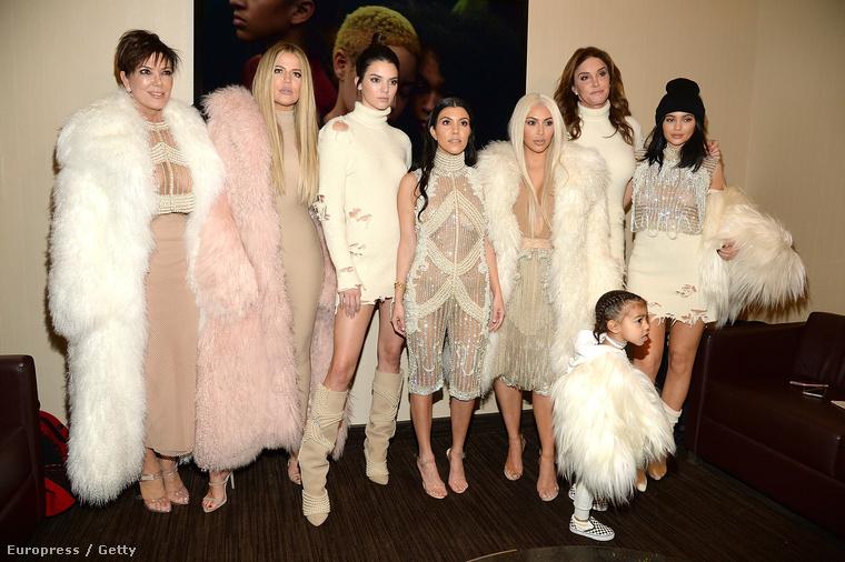 West szűk és tágabb családja: a Kardashianek egyik fele testszínű tapadósba, a másik fele bolyhos szőrmébe és csöcsbe öltözve ünnepelte az új kollekciót.