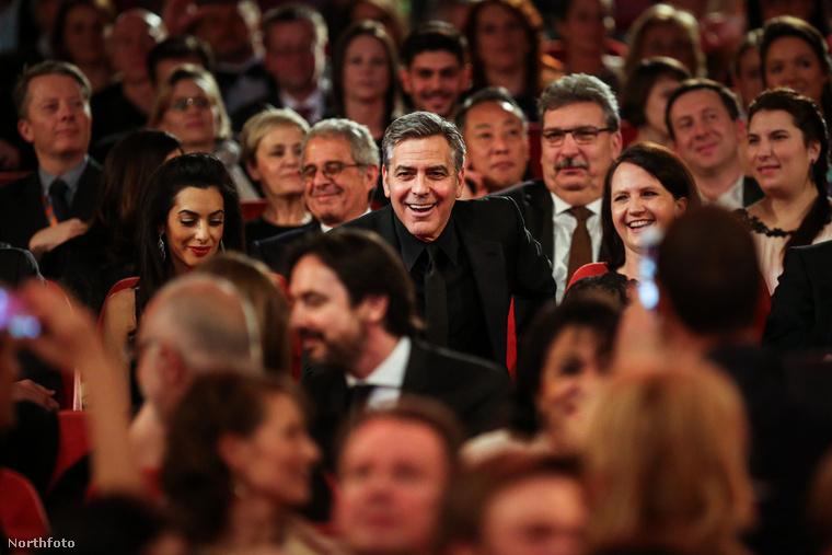 De aztán a tömegből kibontakozott az est fénypontja: George Clooney és becses neje.