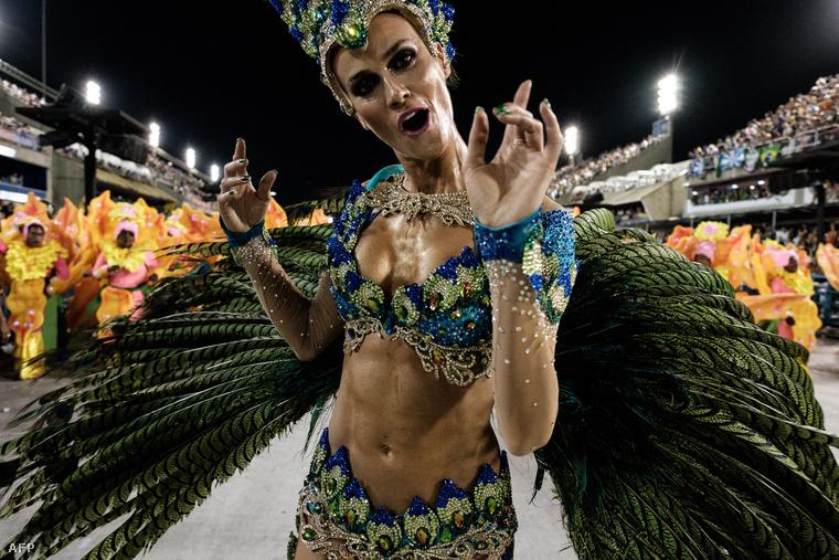 A Riói karneválon rázó lányokkal indult a hét.