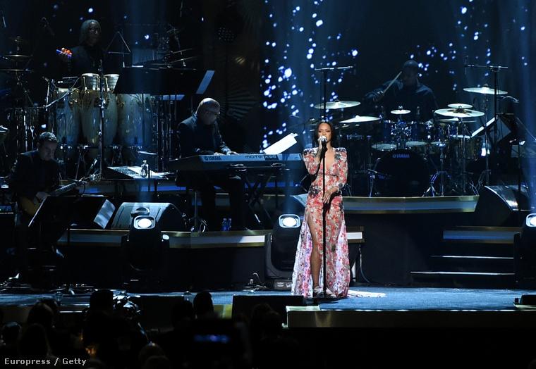 Az énekesnő a Los Angeles Conventions Centerben lépett fel egy gálán, amit Lionel Richie tiszteletére rendeztek.