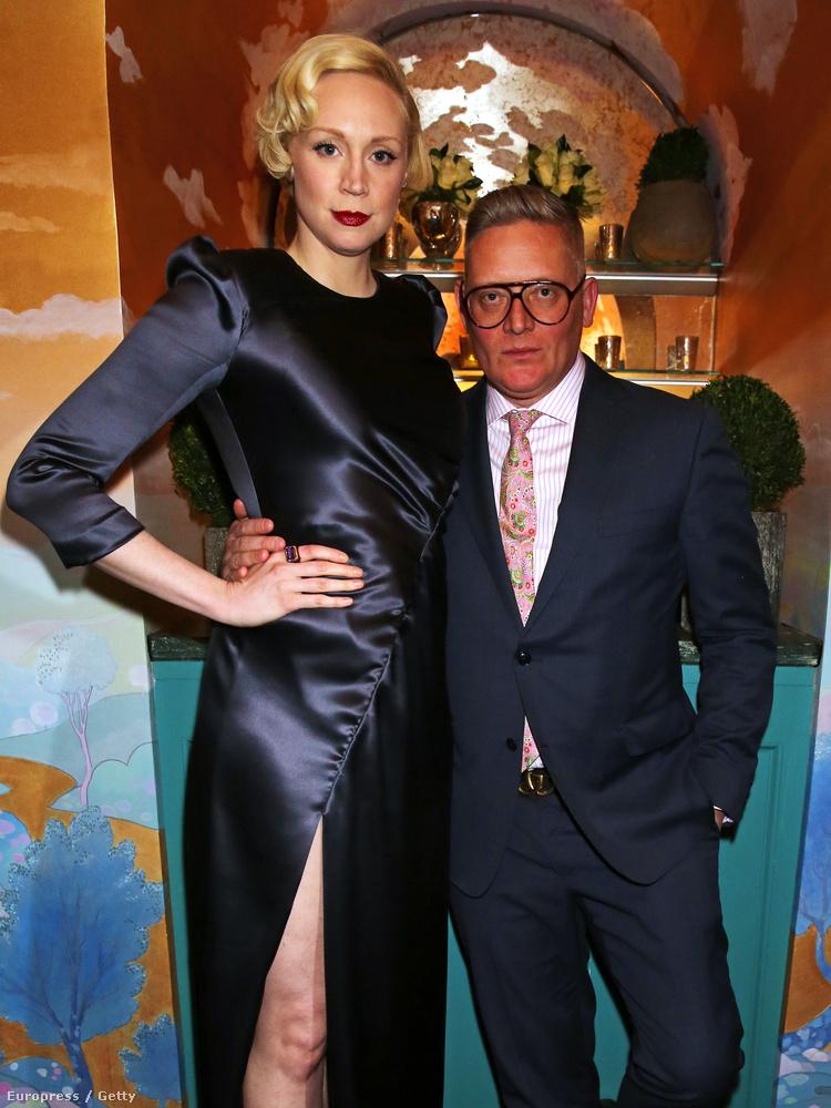 Az úrnak nincsenek problémái a magasabb nőkkel.