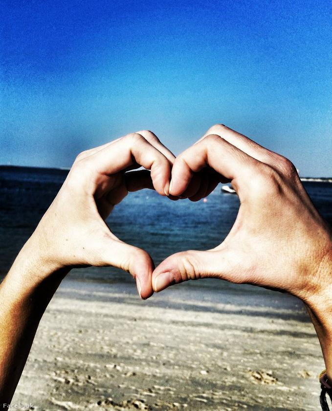 Szóval örülhetünk, hogy Dubaiban volt, menjen csak nyaralni minél többször, és posztoljon magáról hasonló fotókat, hogy önnek is jó legyen!