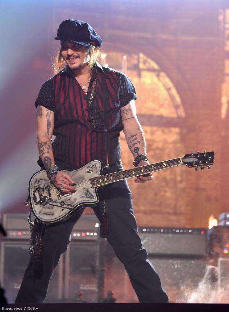 Johnny Depp mostanában nem volt épp a legjobb formájában, de a Grammyn készül fotók miatt rájöttünk, miért lehetett ez