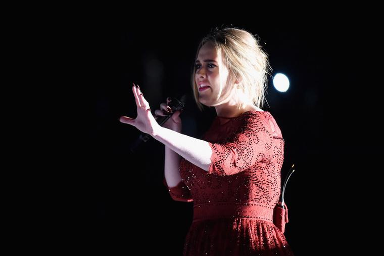 Az énekesnő az este folyamán egyszer átöltözött, de hasonló fazont választott.