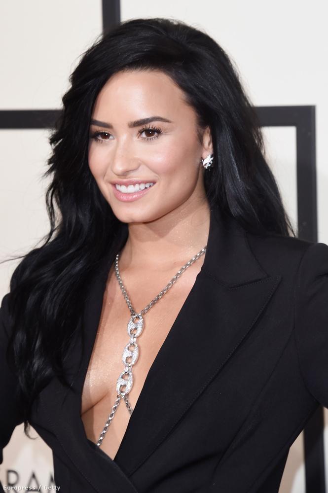 Demi Lovato például úgy aknázta ki az önnön szexualitásában rejlő lehetőségeket a Grammyn, hogy nem vett semmit a blézere alá.
