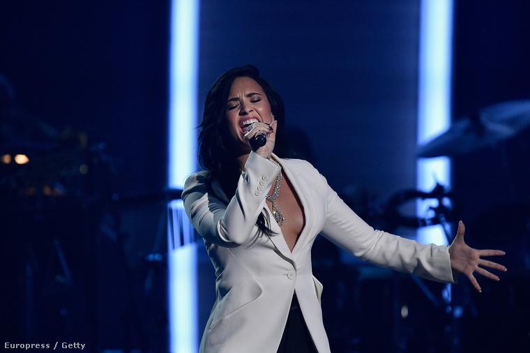 Az énekesnő a fellépésén is ragaszkodott ehhez a stílushoz,