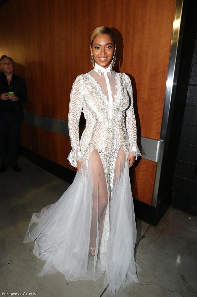 Beyoncéről végre van egy rendes képünk is ebben a varázslatos szalagfüggöny-ruhában