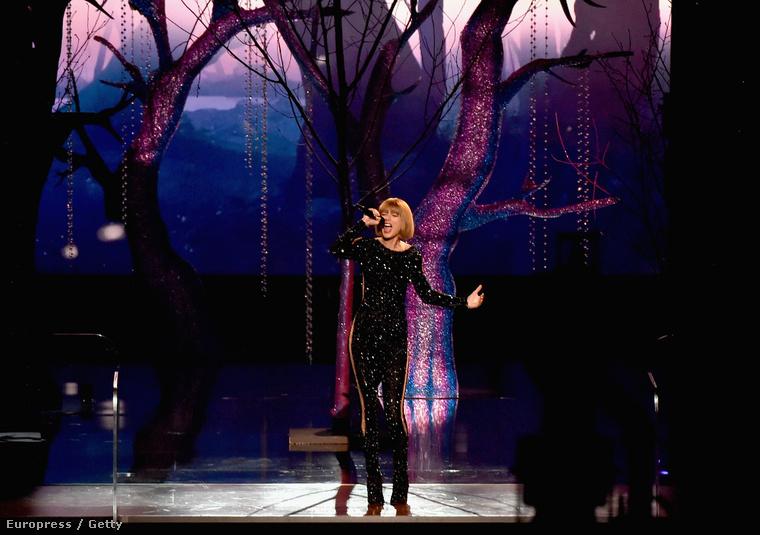 Azt például eddig nem említettük, hogy Swift fel is lépett a gálán, és a fellépése után pityergett egy kicsit, mert nem talált el egy hangot