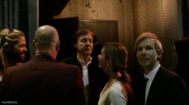 """A legendás Beatles tagja odament a díszes baráti társaságával, Woody Harrelsonnal, Beckkel és a Foo Fighters dobosával parti helyszínére, az Argylebe, hogy együtt bandázhassanak a többi """"A"""" listás sztárral."""