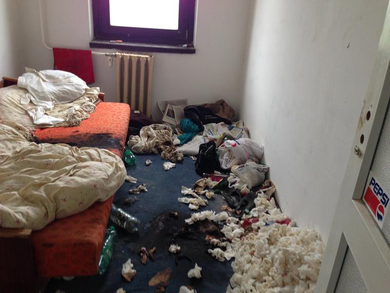 A takarítók itt is egy gyűjtögetőt fogtak ki, aki meghalt, de a bomlásnak indult testet csak később találták meg.