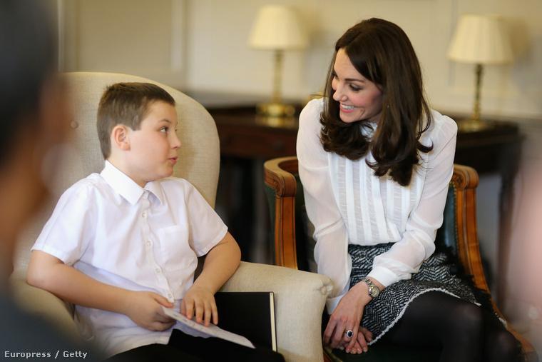 Szóval egyfelől vendégszerkesztett, másfelől helyes gyerekekkel beszélgetett.