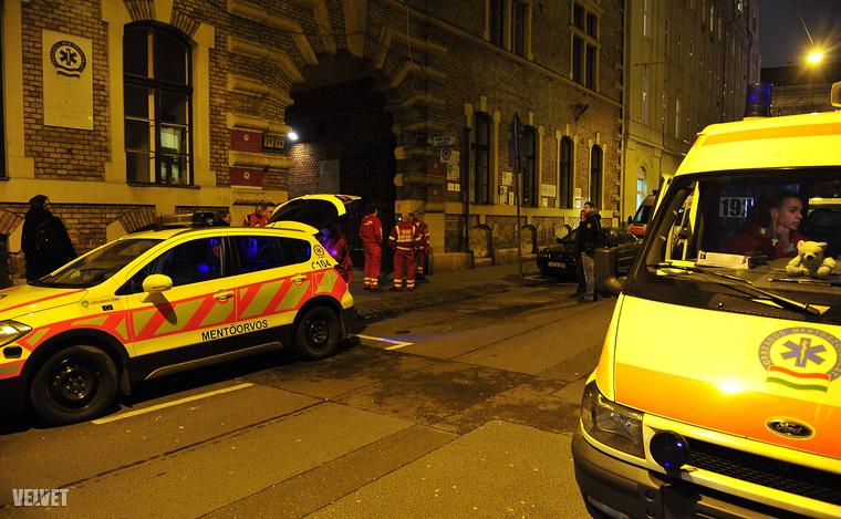 Február 17-én Budapesten, a Markó utcai mentőközpontban, gyertyagyújtással emlékeztek a mentők arra a mentőtisztre,