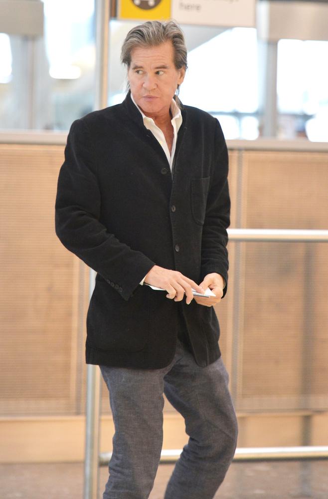 A színészt ugyanis a londoni Heathrow repülőtéren sikerült lefotózni