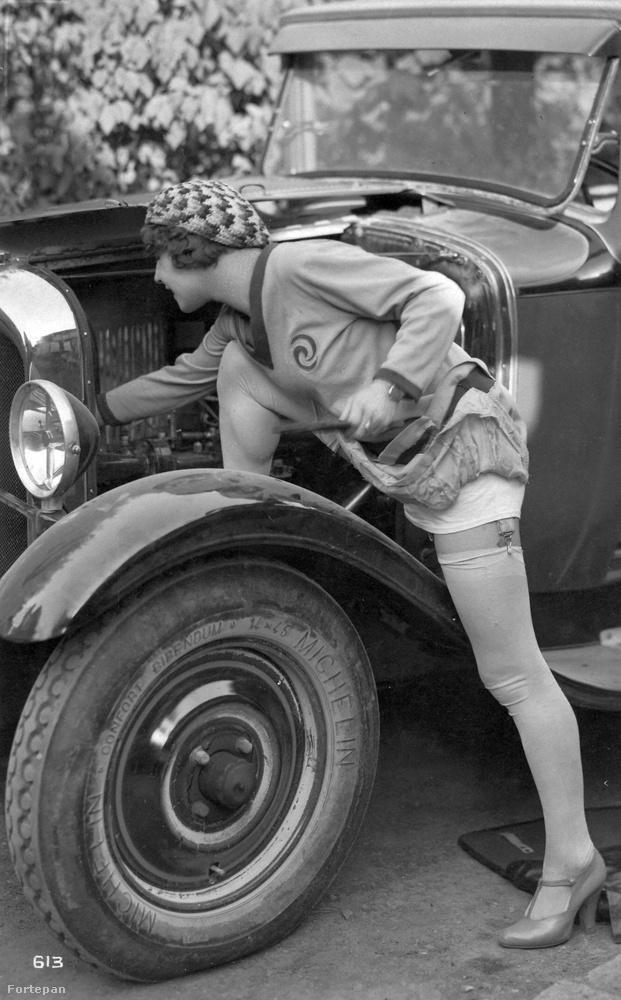 A szoknya alól kivillanó harisnyatartó és harisnya 1928-ban egyet jelentett azzal amit ma egy átlátszó, melltartó nélküli felső látványa adhat.