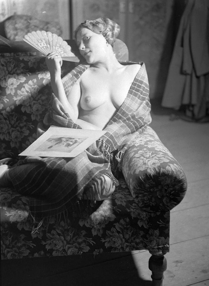A kép 1934-ben készült, a takaróba csavart nő nem tűnik úgy, mint aki fázik
