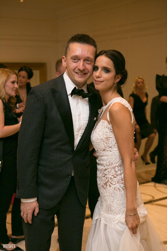 A csúcs kivételesen nem ő volt, hanem a bulvármagazinban többször is szereplő miniszter, Rogán Antal, és kedves neje, Rogán Cecília