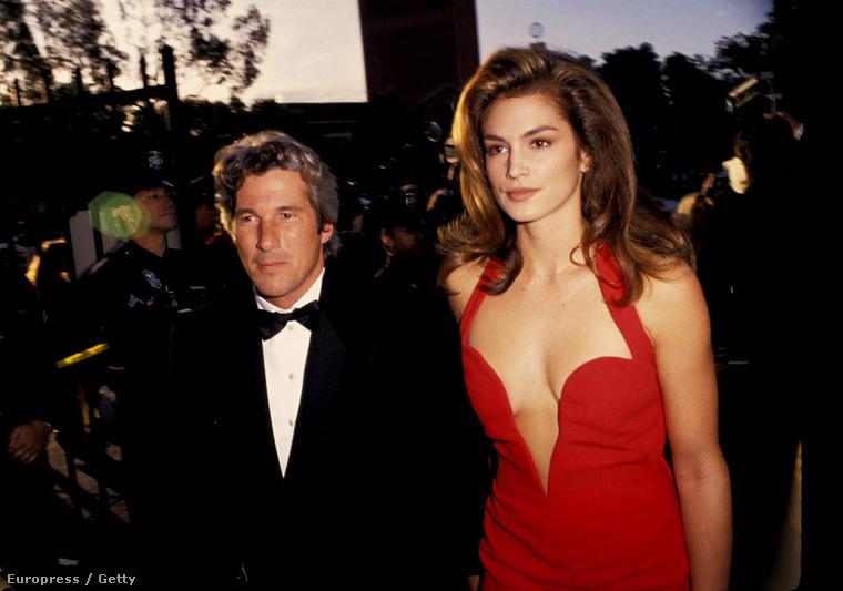 1991 és 1995 között Richard Gere felesége volt, ez a piros Versace ruha pedig...