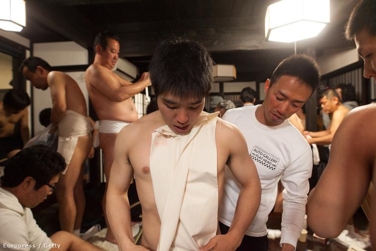 Okajama városában szombat este egy különleges ünnepre készültek a helyi férfiak