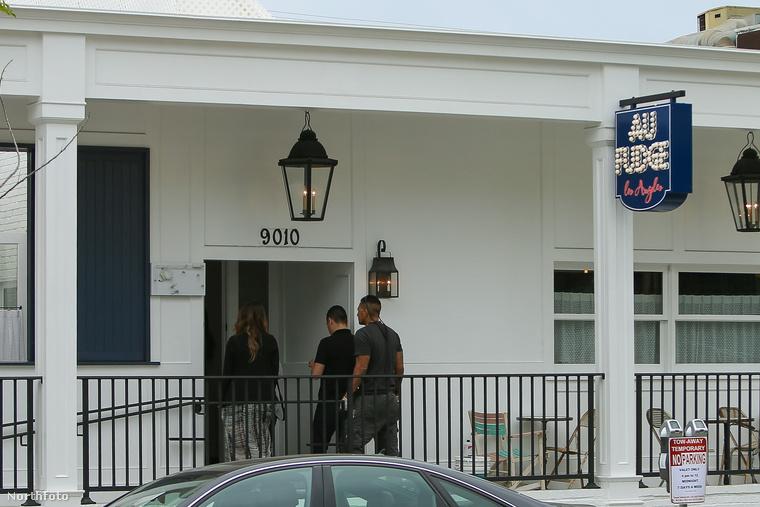Kívülről ilyen az étterem,  ami az Au Fudge nevet kapta