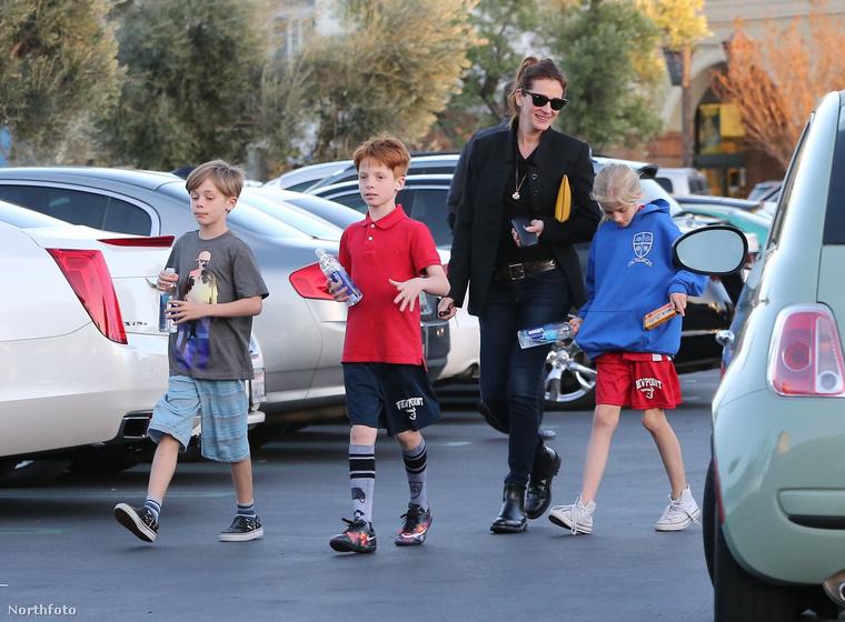 Úgy fest, hogy igen, bár sajnos elég messziről látszanak csak, azért mégis elhisszük, hogy két 11 és egy 9 éves gyereket látunk a híres színésznő mellett.
