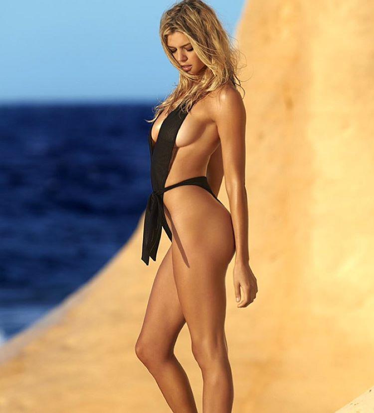 De a Sports Illustrated egyik modellje, Kelly Rohrbach viszi vászonra Pamela Anderson egykori karakterét.