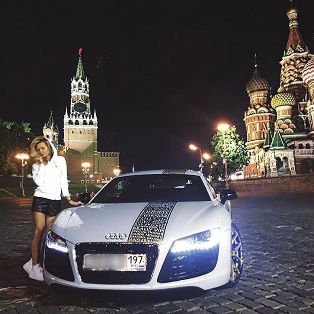 Még a luxy autó előtt luxy ruhákban ácsorgás is unalmas a Vörös téren