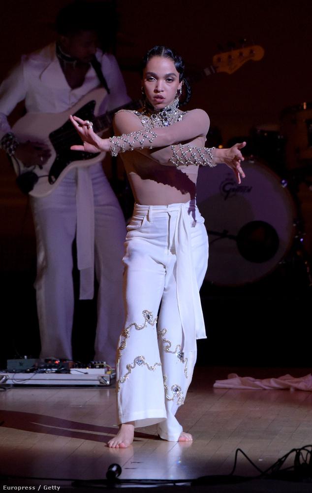 Bár videónk nincs, egy korrekt modern táncelőadást rakhat össze a képek alapján