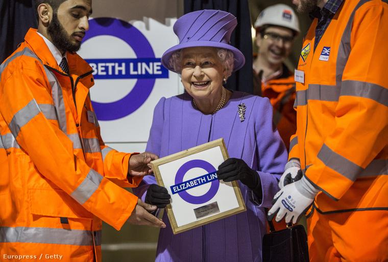 Erzsébet királynő pedig hogyan is látogathatná meg tökéletesebben az építkezést, mint a vonalhoz illő kosztümben