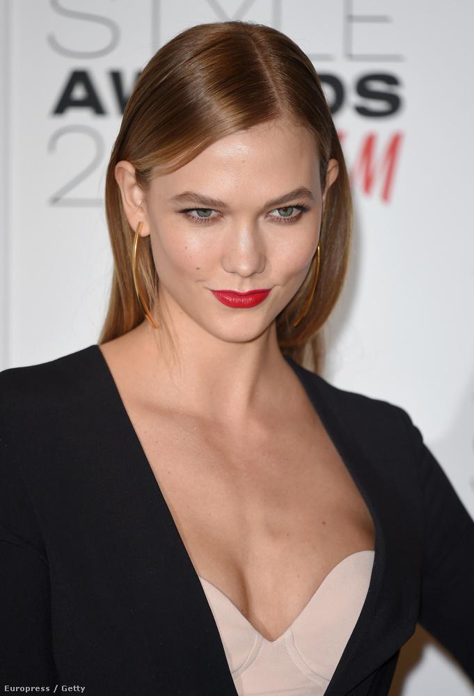Pedig nem olyan nehéz egyszerre szexin és stílusosan dekoltálódni - tessék, nézzék meg Karlie Kloss modell vonatkozó részletét.