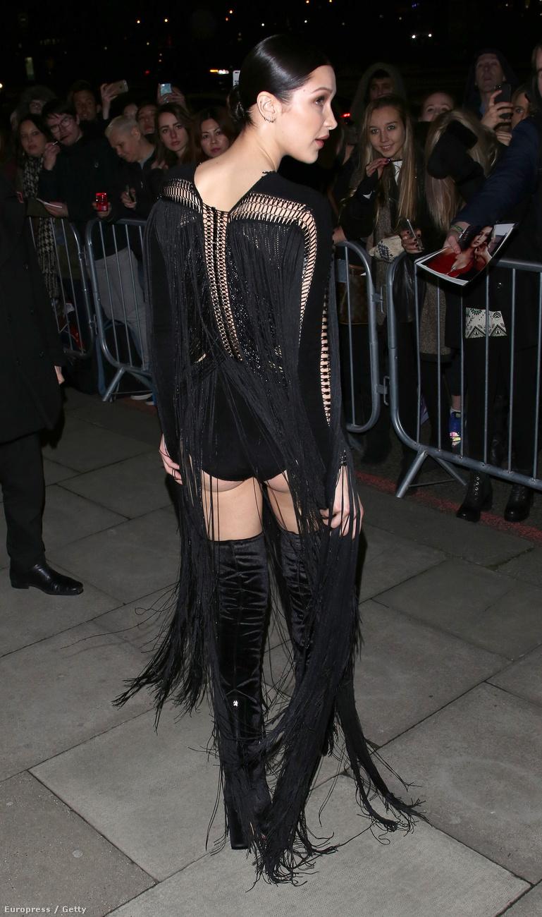 így járt Bella Hadid is, aki elment egy divatmagazin divatbulijára egy ilyen fenékbe vágó shortban,