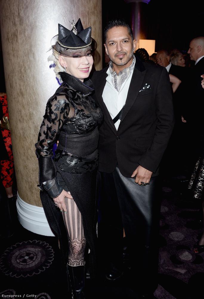 A hollywoodi jelmeztervezők buliján viszont megmutatkozott egy alternatív univerzumbéli, cybergoth Udvaros Dorottya.