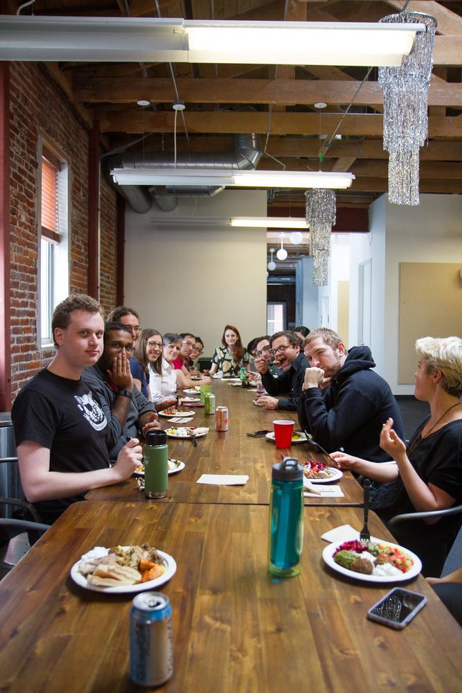 Az egyik legnagyobb menőség: mindenki együtt ebédel, egy nagy és hosszú asztalnál