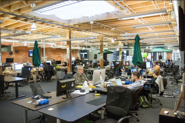 Ön is egy légterű irodában dolgozik? Az ön munkahelye is így néz ki? A napernyők egyébként azért vannak, mert az üvegtetőn keresztül nyáron nagyon tűz a nap