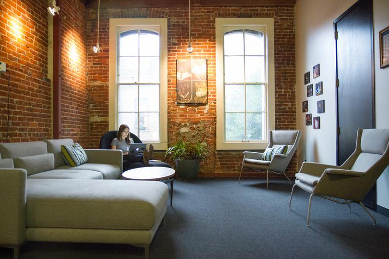 Van egy ilyen szoba is azoknak, akik nem az asztaluknál szeretnének dolgozni, hanem inkább egy díványon
