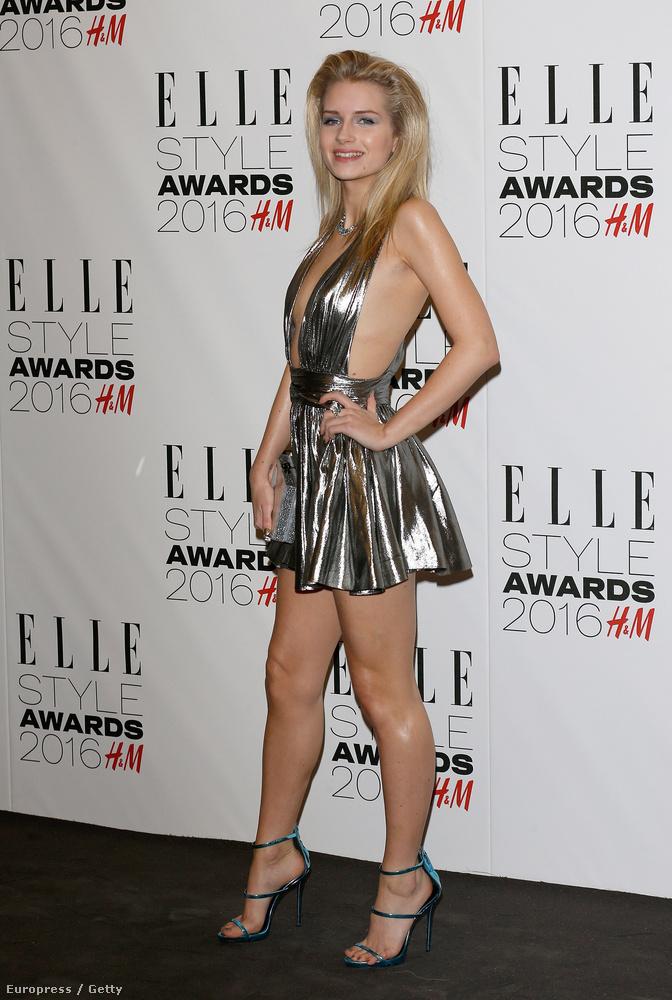 Kate Moss húgát, a szintén modell Lottie Mosst is sokan kritizálták ezért a ruháért