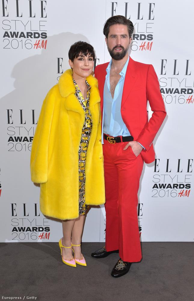 Mi azt hittük első pillantásra, hogy behozták Liza Minelli és Pierce Brosnan viaszszobrát a vörös szőnyegre, de nem, ők az amerikai teovált lányt játszó Noomi Rapace nagyon sok citromsárgában és szerelme, Jack Guinness