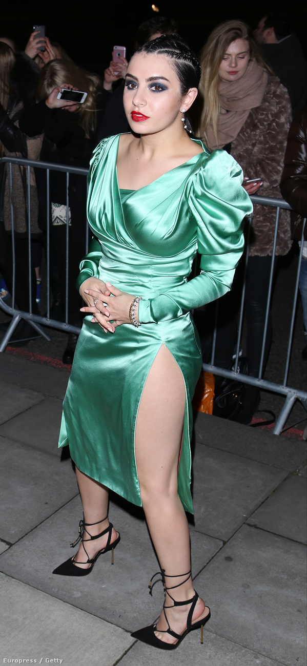 Charli XCX énekesnőn valahogy borzasztó rosszul állt ez a zöld ruha