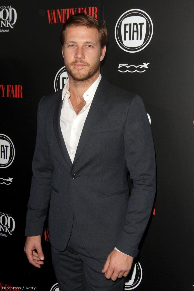 Luke Bracey egy ausztrál színész, és most megtagadta a nyakkendőt