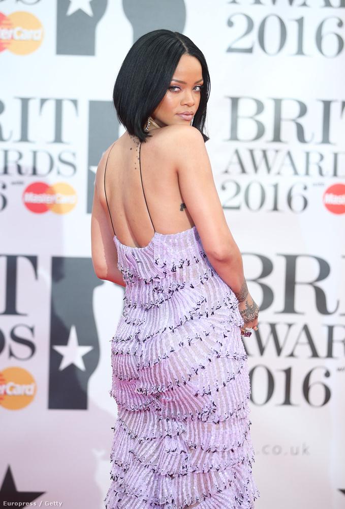 Rihanna a Brit Awards vörös szőnyegén még egészen visszafogott formát mutatott...