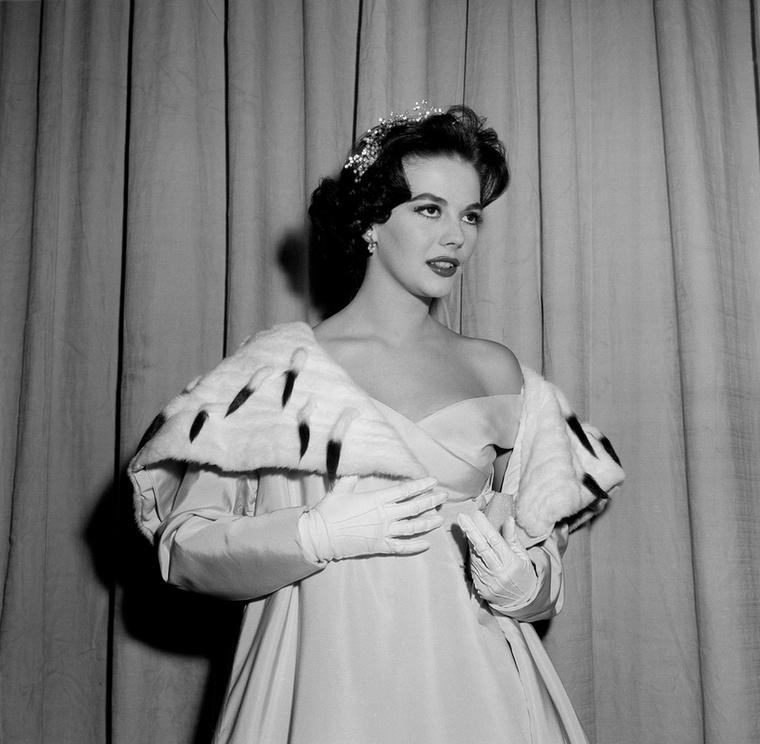 Natalie Wood olyan, mintha egy koronázási ceremóniára indult volna (1957)