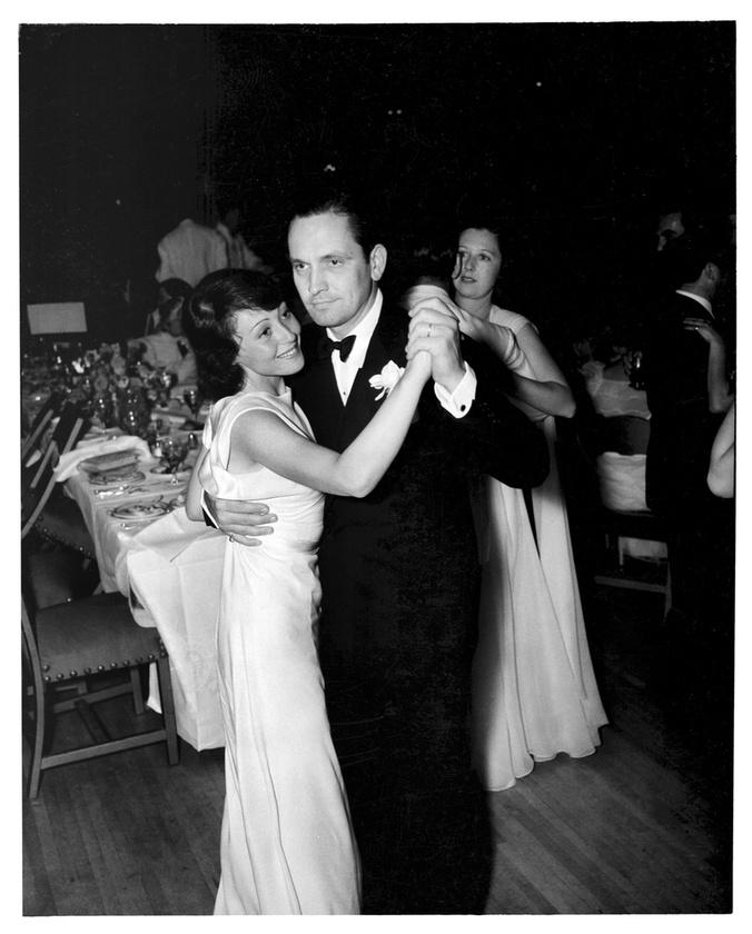 Fredric March és Luise Rainer táncolnak a 10