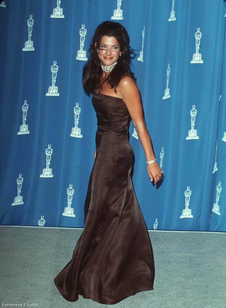 Mondjuk a ruhája most is hordható volna, nézzék, hogyan suhant! Nem véletlenül figyeltek rá, az Aludj csak, én álmodom nagy  siker volt 1995-ben, Golden Globe-ra is jelölték érte