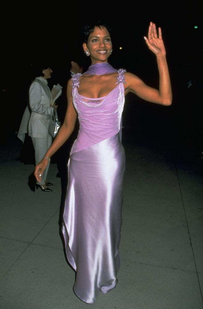 Halle Berry ugyancsak divatos rózsaszínben, harminc évesen - pár évvel azelőtt, hogy leforgatta volna azokat a filmeket, amelyek miatt a mai napig ismerik.