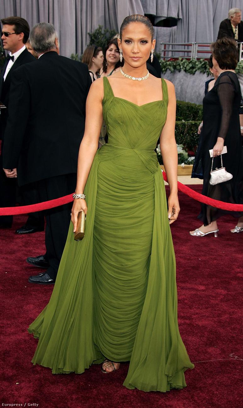 És valamiért a 2006-os Oscarra aaz előadóművész egy szexi sátornak öltözött.