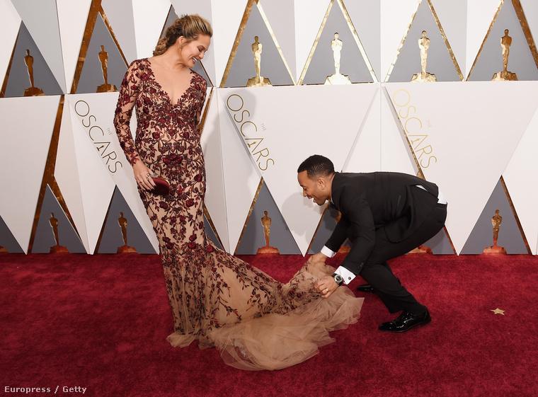 A férje, John Legend volt olyan kedves, hogy megizgatta a ruhaalját, hogy ilyen szépen álljon, mint az előző fotókon.