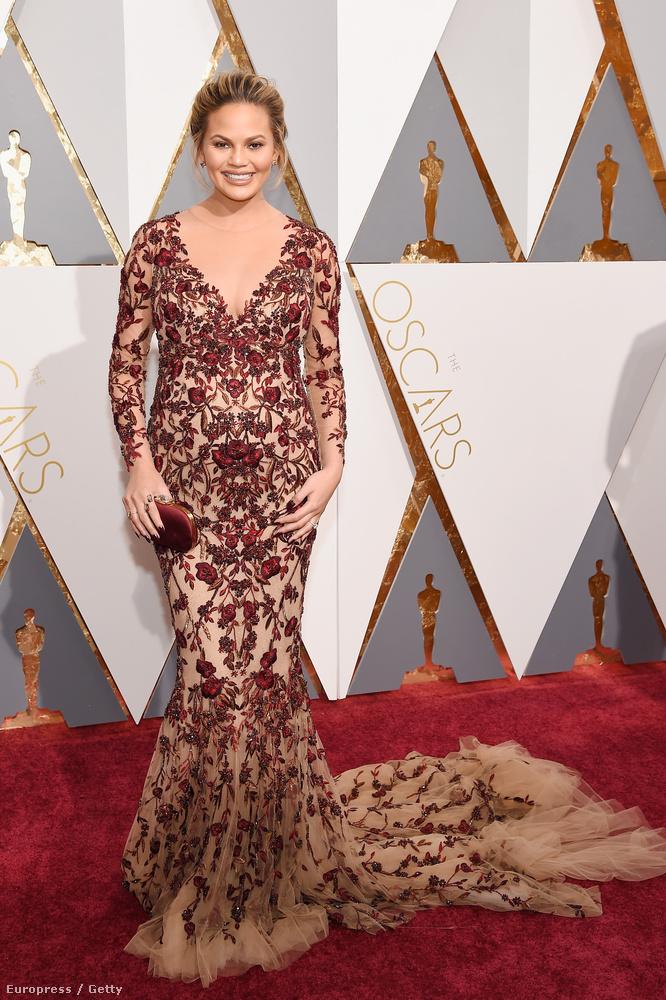 Ez a dolog az Oscar-díjátadóról nem olyan fontos, mint amiket eddig megírtunk, de tény, hogy bár Chrissy Teigen modell bőven túl van terhessége felén, ez szemből nem, vagy csak alig látszik rajta.